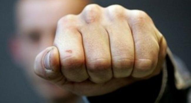НаДонбассе мужчину иего сына жестко избили запроукраинскую позицию,