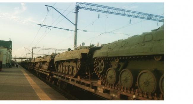 Воно заворушилось: журналіст показав, як Росією рухається небачена кількість військової техніки у бік України