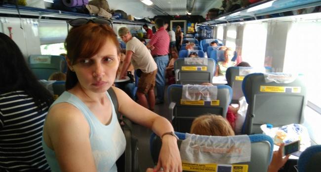 В Укрзалізниці новий скандал: пасажири їдуть стоячи, бо квитків продали більше, ніж місць