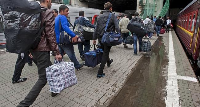 Эксперт обнародовал данные, куда больше всего эмигрируют украинцы и, кто приезжает на их места в Украину
