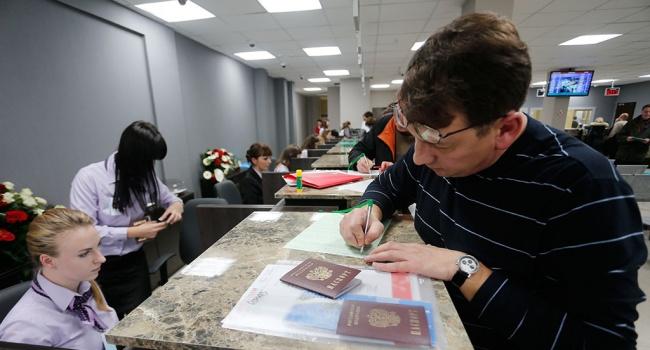 В РФ заявили, что они не против и вовсе запретить россиянам уезжать в США, вот только боятся реакции россиян
