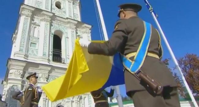 Російських окупантів від нашого прапору корчить, як чортів від ладану – Порошенко