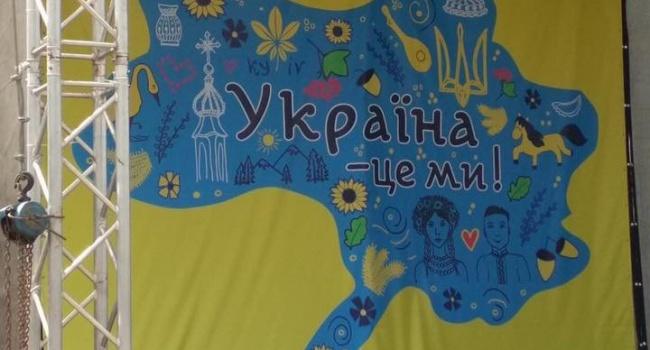 Скандал у Броварах: на святкову сцену до Дня Незалежності повісили карту України без Криму