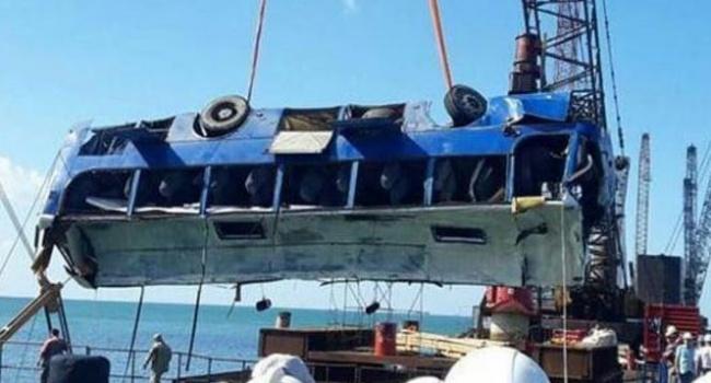 В России назвали причину падения автобуса в Керченский пролив