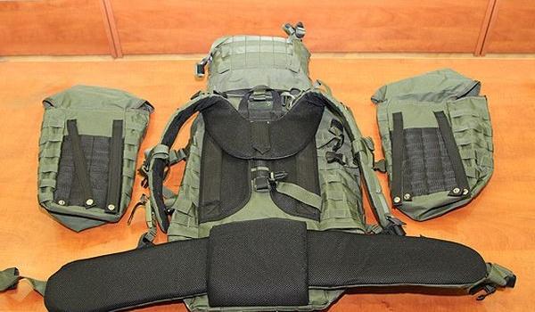 Военный порвал руками «рюкзак Авакова» вклочья, чтобы показать его качество