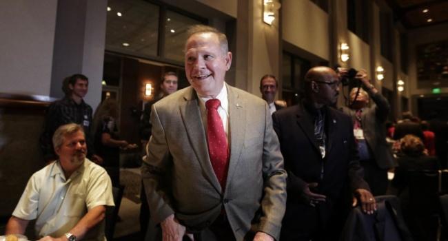 «Политически мотивированы»: американский сенатор Мур прокомментировал обвинения вдомогательстве