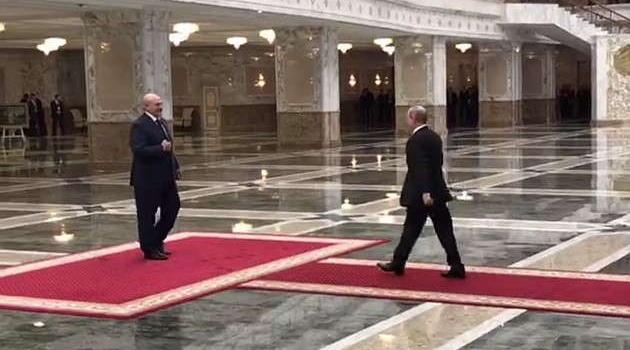 СМИ в Минске Путин шел к Лукашенко странной походкой и на высоких каблуках