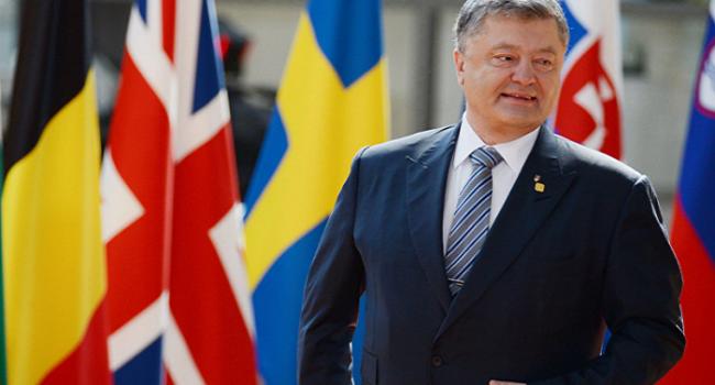 СМИ поведали онепонятном предмете под плащом Порошенко