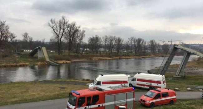 ВПраге рухнул пешеходный мост через Влтаву