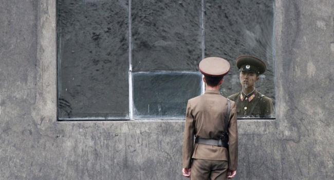 Військовий хлопчина, який відчайдушно втік під обстрілом в Південну Корею з КНДР, тепер цілими днями дивиться кіно