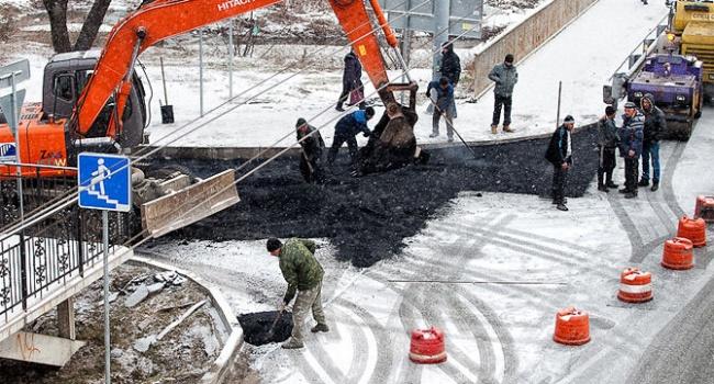 Как вКиеве асфальт укладывают наснег— Они «печатают» деньги