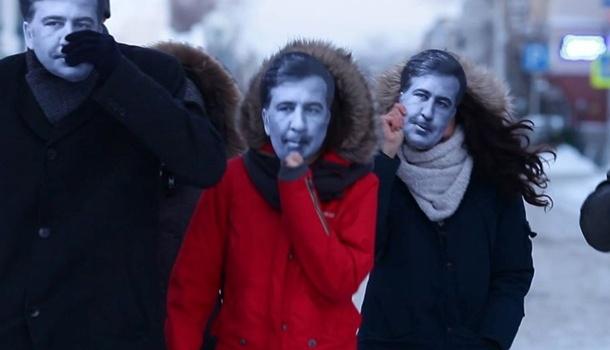 «Ответка» Путину: вТомске молодые люди вышли наакцию вмасках Саакашвили