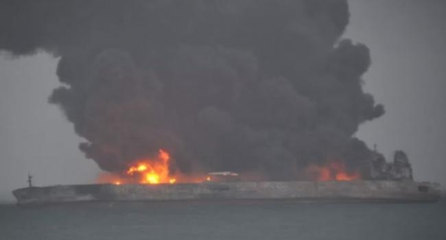 Уберегов Китая при столкновении скораблем зажегся  нефтяной танкер: впечатляющие ФОТО
