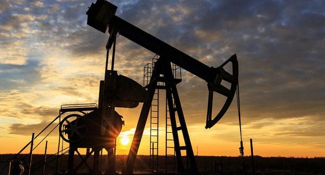 Стоимость нефти снижается, оставаясь умаксимумов сфевраля