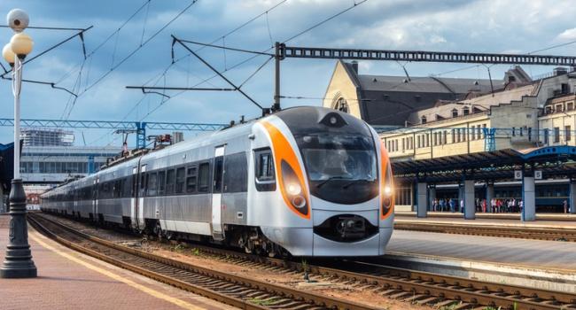 ВУкраинском государстве поезд сошел срельсов из-за разобранного железнодорожного полотна
