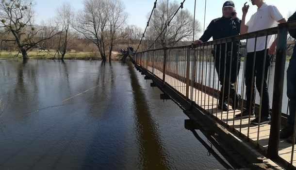 Возле Львова в реку обрушился мост с людьми