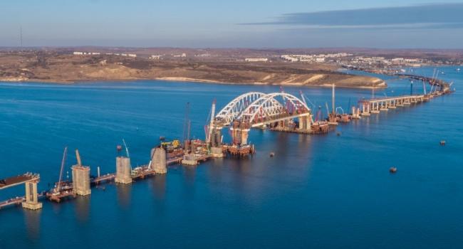 Наавтодорожной арке Крымского моста укладывают асфальт