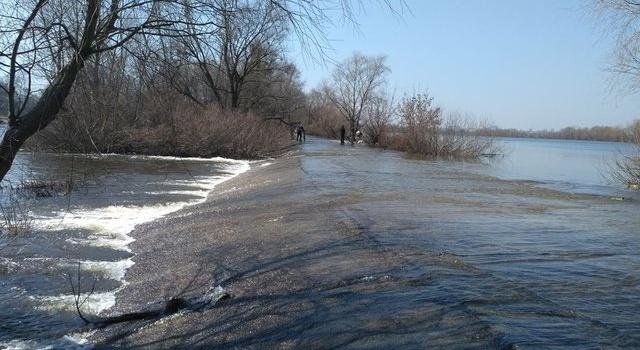 На Киевщине затопило дамбу