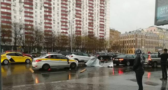 Шторм в столице России: ветер срывает крыши, есть погибшие ипострадавшие