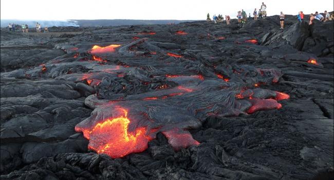 На Гавайях начался мощный выброс пепла и газов