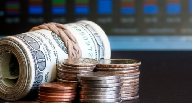 Украинцы срочно забирают деньги из банков