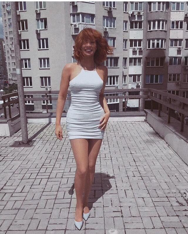 Певица-трансгендер Зианджа продемонстрировала стройные ноги в коротком платье