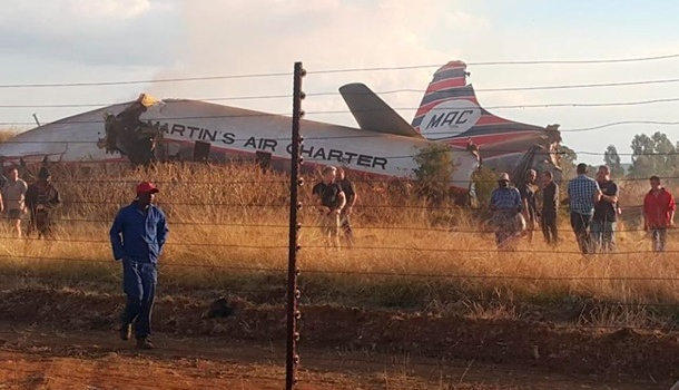 В ЮАР разбился самолет с пассажирами, есть выжившие - кадры