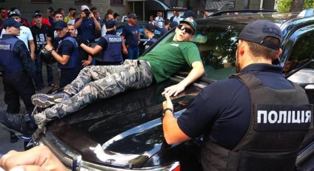 Бунт в центре Киева: машина нардепа сбила и сломала ногу протестующему «евробляхеру», начались столкновения