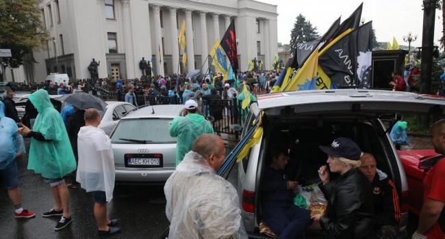 Ситуация накаляется: митингующие у Рады владельцы «евроблях» не выпускают депутатов с территории парламента