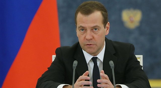 «Денег нет, ну вы держитесь»: Медведев призвал граждан РФ самостоятельно вытаскивать экономику России