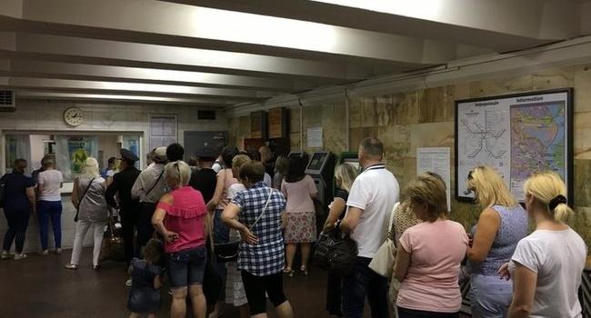 Огромные очереди в метро Киева: журналист рассказала, почему в очередях стояли не бедные, а бережливые киевляне