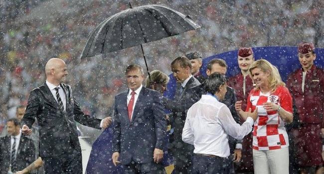 Муждабаев: какой зонтик? Хотите разглядеть человечность у того, чьи войска оккупируют другие страны и сбивают гражданские самолеты?
