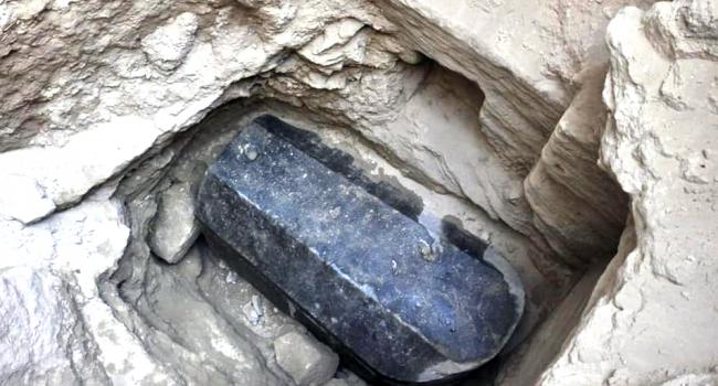 Ученые обнаружили в египетском саркофаге три поврежденные мумии