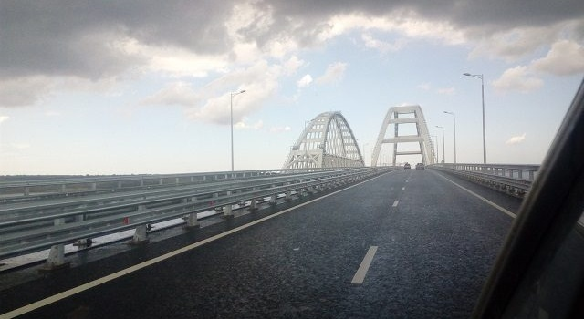 Держится только на «скрепах»: в интернете выложили видео начала развала Крымского моста
