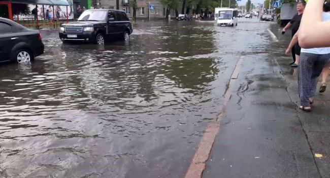 Киев накрыл мощный ливень с молниями, - видео