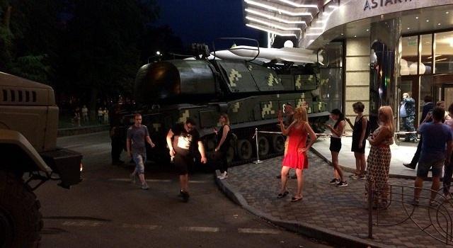 ВКиеве участвовавший врепетиции парада «Бук» въехал в сооружение