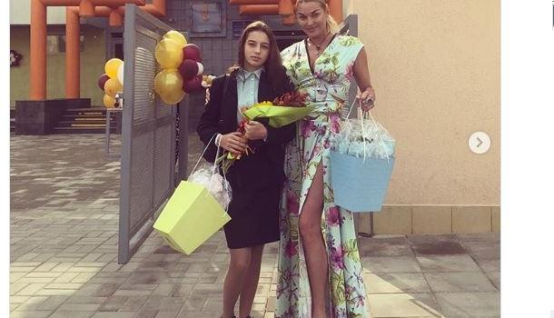 Волочкова опозорилась на школьной линейке дочери