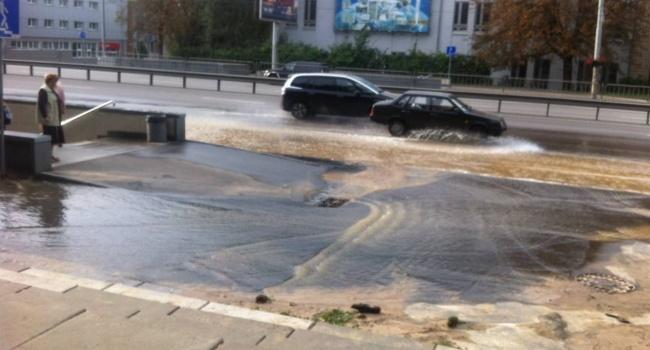 На проспекте Победы в Киеве прорвало водопровод