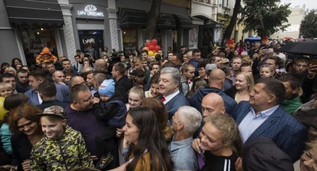 Журналист опубликовал два фото народной любви к Порошенко и Тимошенко