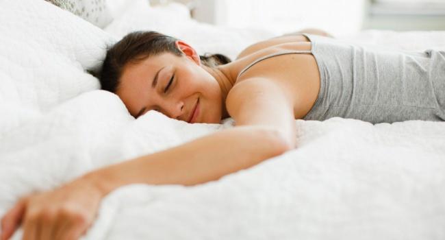 Медики назвали самую опасную поза для сна