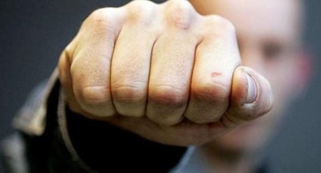 ЧП в Киеве: 8-классник вонзил в спину учительницы ножницы