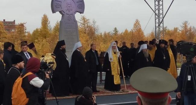«Посмотри на это, Господи»: в сети посмеялись с патриарха Кирилла за необычного «ангела» во встрече с людьми