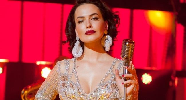 «О да, классная грудь»: Даша Астафьева взбудоражила новым эротичным фото в сети, представ перед подписчиками с новым цветом волос