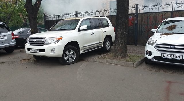 ВКиеве неизвестные облили фекалиями автомобили русских дипломатов