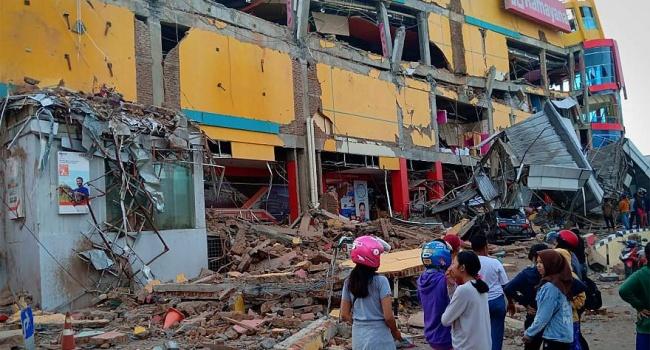 Количество жертв землетрясения и цунами в Индонезии близится к тысяче