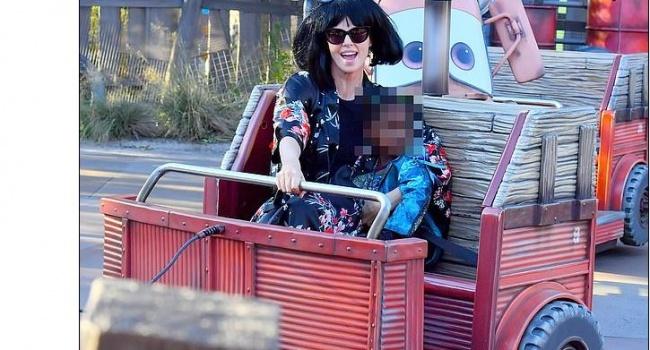 Шарлиз Терон снова одела своего сына в женское платье