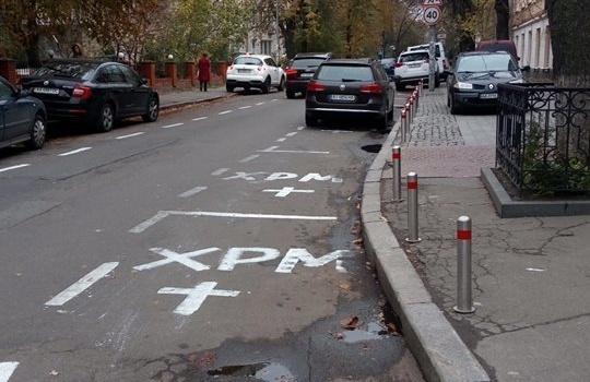 Попы на иномарках устроили в Киеве незаконную парковку