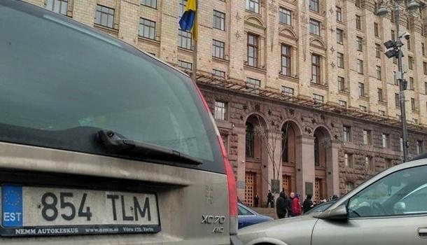 Под киевской мэрией владельцы «евроблях» зажгли дымовые шашки