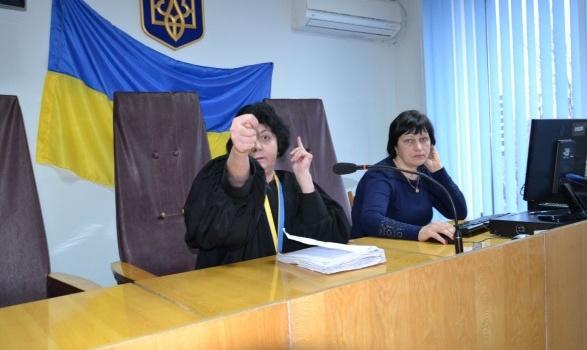 В Запорожской области судья ткнула дулю адвокату, он заснял это