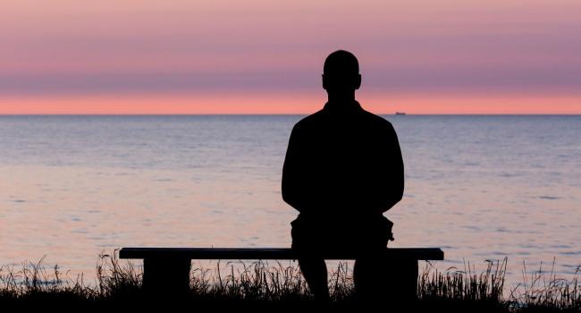 Когда человек чувствует себя более одиноким